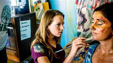Porsche (l. - r.) Artist Alexa Meade paints on author Helene Laube