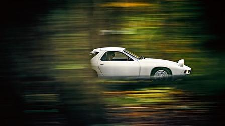 Porsche 928 at full speed