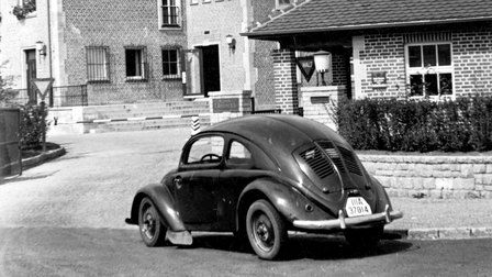 Porsche 1940: Main entrance with a VW 30 in the foreground
