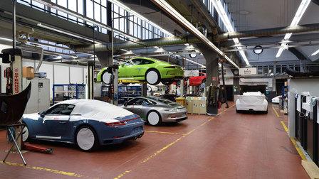 Porsche 2016: Werkstatt mit 911 R auf der Hebebühne